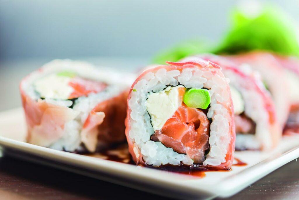 mini salmon sushi roll 1024x684 - Fiestas en casa