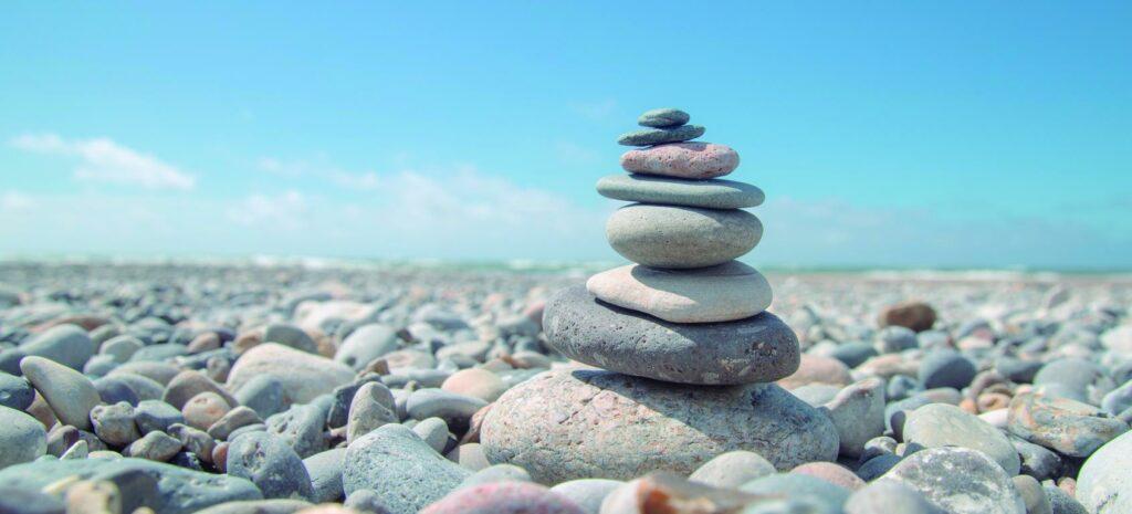 mini beautiful shot of stack of rocks on the beach 1024x465 - EL PODER DEL PENSAMIENTO Y LAS EMOCIONES